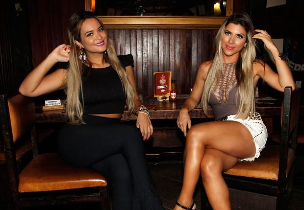Geisy Arruda e Ana Paula Minerato provam quitutes do Comida di Buteco (Foto: Celso Tavares / EGO)
