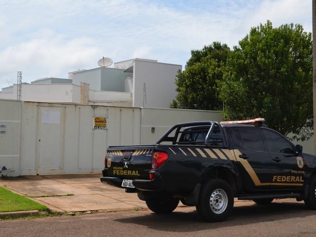 PF cumpriu mandados de busca e apreensão nos endereços investigados (Foto: Aline Lopes/ G1)