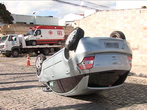 Colisão entre embulância do Samu e um carro (Foto: Reprodução/ TV Asa Branca)