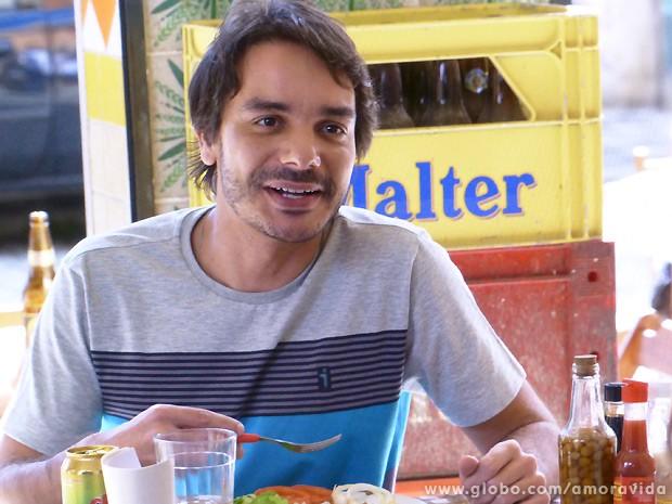 Apesar de trabalhar como garçom, Jonas fica interessado na história da ex-chacrete (Foto: Amor à Vida / TV Globo)
