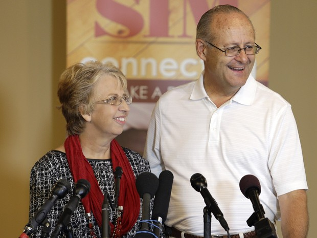 A missionária Nancy Writebol, que se curou de ebola, e seu marido David em coletiva de imprensa nesta quarta-feira (3) (Foto: AP Photo/Bob Leverone)