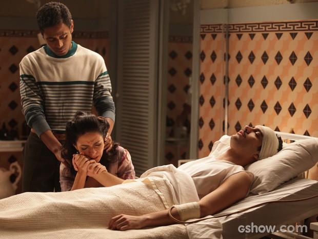 Laura fica arrasada ao ver estado do filho após plano para prender Manfred (Foto: Pedro Curi/TV Globo)