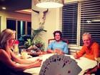 Alexandre Pato joga cartas com Fiorella Mattheis e os sogros