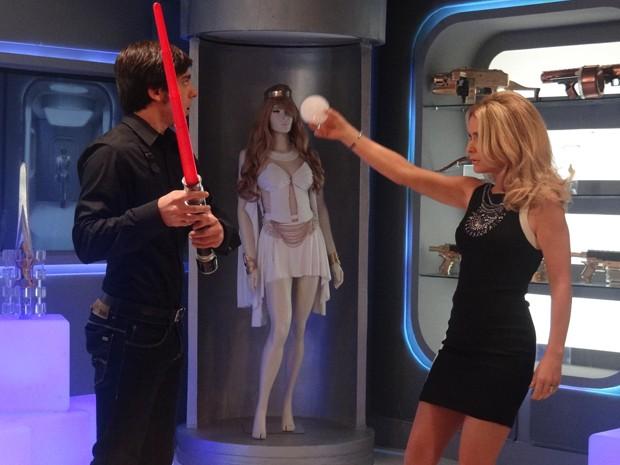 Pamela e Ernesto brincam com objetos do seriado (Foto: Geração Brasil/TV Globo)