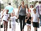 Supermãe: Angelina Jolie vai ao supermercado com filhos em Sidney
