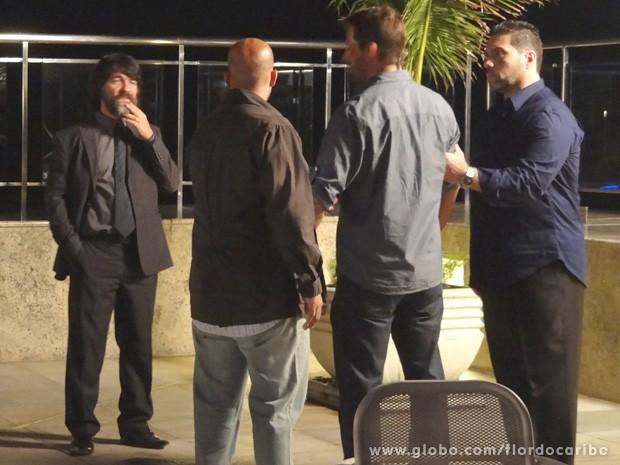 O clima fica tenso quando Cassiano acusa o mafioso de ainda fazer negócios escusos com os Albuquerque (Foto: Flor do Caribe / TV Globo)