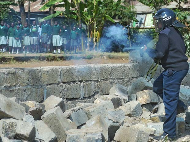 Polícia confronta manifestantes crianças em protesto contra retirada de playground de escola de Nairobi nesta segunda-feira (19) (Foto: AFP PHOTO / TONY KARUMBA)