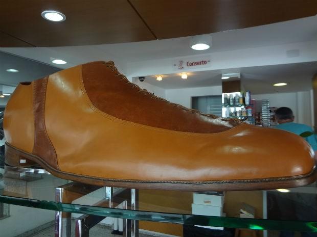 1765e9665 Sapato exposto na loja demorou cerca de 30 dias para ser feito e equivale  ao tamanho