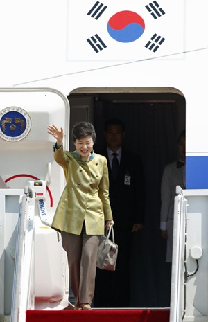 A presidente da Coreia do Sul, Park Geun-hye, embarcando neste domingo (5) para os Estados Unidos. (Foto: Lee Jae-Won / Reuters)