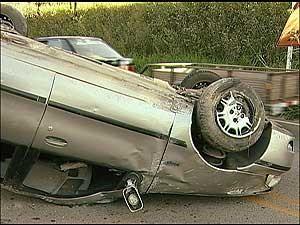 O veículo capotou e foi para o meio da pista (Foto: Reprodução/TV Integração)