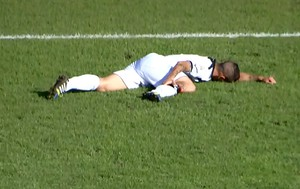 FRAME jogador caído Salernitana x Nocerina (Foto: Reprodução)
