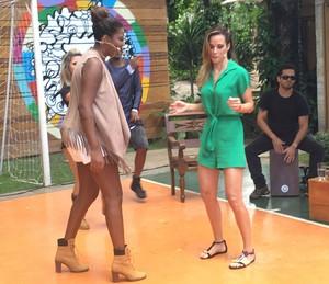"""A funkeira ensina Ana Furtado a fazer o """"quadradinho"""" (Foto: Thaís Dias/Gshow)"""