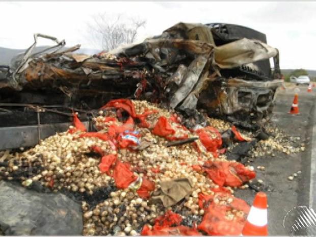 acidente entre um caminhão e dois veículos pequenos deixa dois mortos (Foto: Reprodução/TV Bahia)
