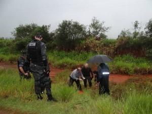 Corpo foi localizado às margens de uma rodovia em Dourados (Foto: Osvaldo Duarte/Dourados News)