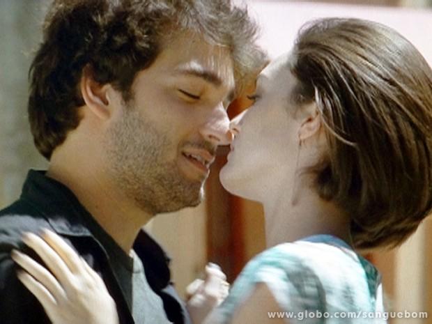 Giane e Bento quase se beijam! (Foto: Sangue Bom/TV Globo)