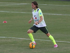Filipe Luis no treino do Brasil (Foto: Mowa Press)