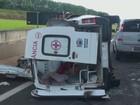 Cinco ficam feridos após colisão e capotagem de ambulância na SP-225