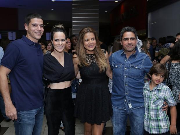 Diogo Boni, Fernanda Pontes, Nívea Stelmann e a família em pré-estreia no Rio (Foto: Alex Palarea e Marcello Sá Barreto / AgNews)