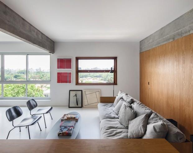 Ao redor da mesa de centro Saarinen, cadeiras Eames, da Artesian, e sofá de Jader Almeida (Foto: Maíra Acayaba / Editora Globo)