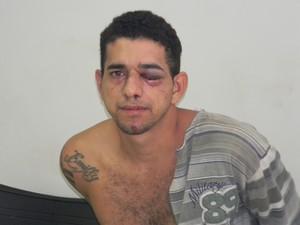 Suspeito foi linchado pela população (Foto: Roque Neto)