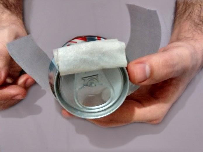 Fita adesiva colada na base da lata (Foto: Reprodução/Raquel Freire)