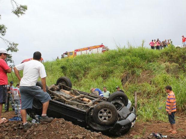 Segundo o Corpo de Bombeiros, motorista derrapou o veículo por causa da chuva e acabou capotando (Foto: Reginaldo Tinti/Anuncifácil)