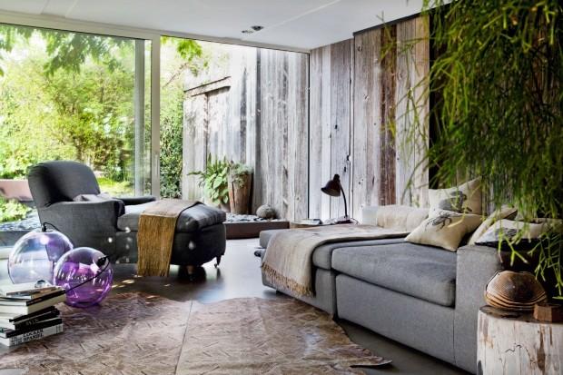 Living Graças às enormes portas de vidro, o jardim parece fazer parte da sala de estar. Foi preciso reforçar a fundação do terraço para aguentar o peso da cerejeira (Foto: Alessandra Ianniello / Living Inside)
