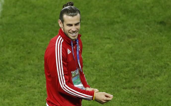 Gareth Bale no reconhecimento do gramado do estádio de Lille (Foto: REUTERS/Carl Recine)