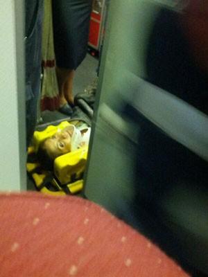 Mulher é atendida após turbulência (Foto: Ricardo Pontes/Arquivo pessoal)