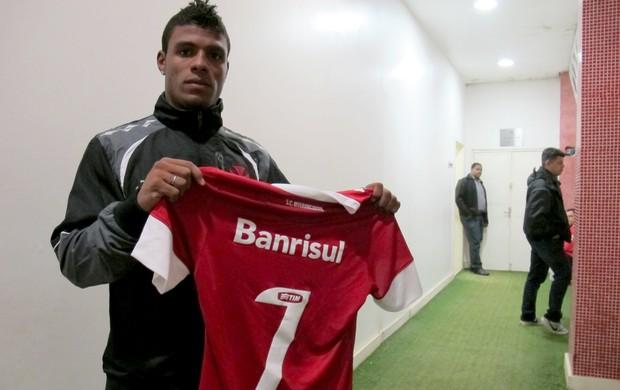 Auremir Vasdco camisa Forlán (Foto: Vicente Seda / Globoesporte.com)