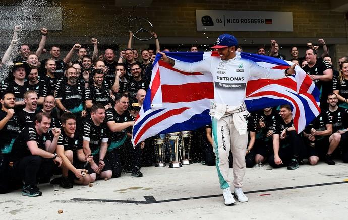 Lewis Hamilton celebra com bandeira do Reino Unido (Foto: Getty Images)