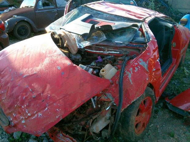 Carro ficou destruído após cair no barranco em Boituva (Foto: Cláudio Nascimento/ TV TEM)
