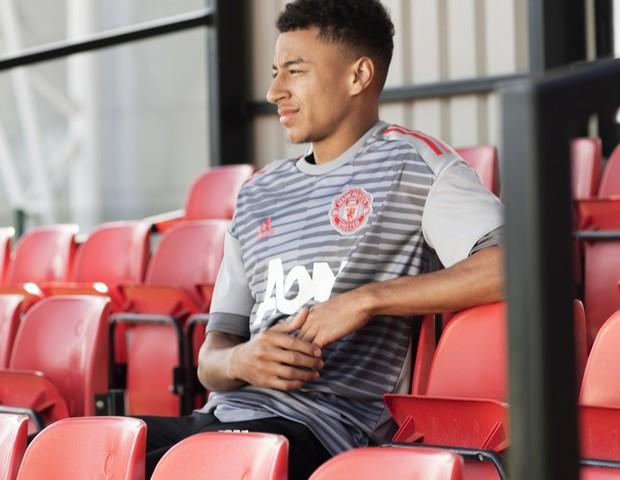 Jesse Lingard com a camisa pré-jogo do Manchester United  (Foto: reprodução)
