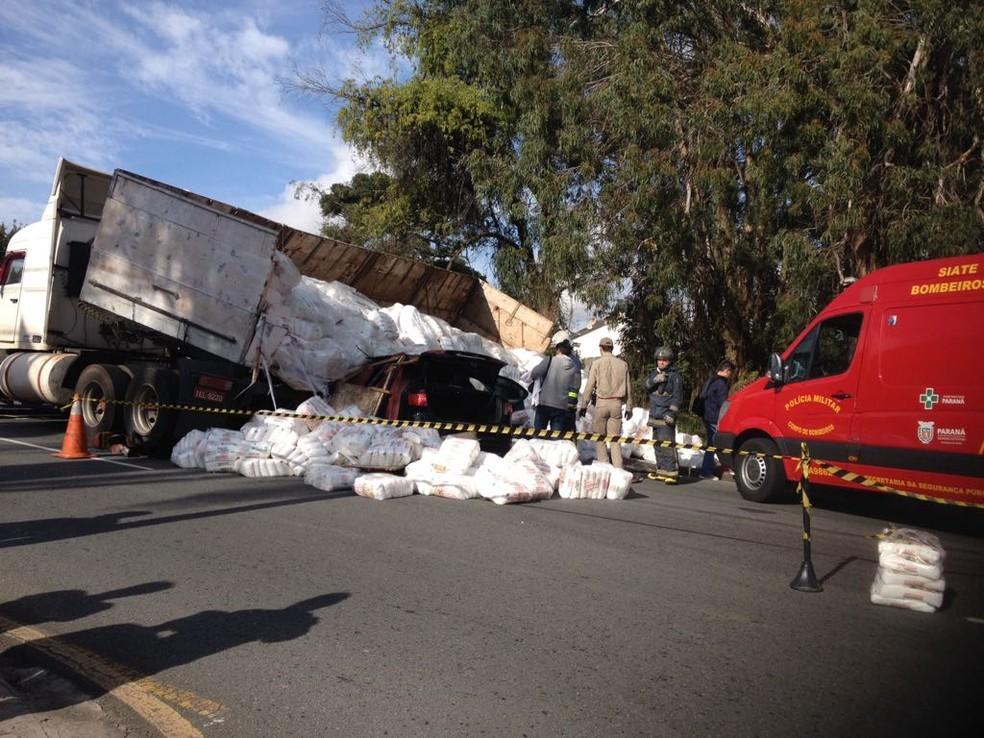 Caminhão desce ladeira e atinge carro em Curitiba (Foto: Dulcineia Novaes/ RPC Curitiba)