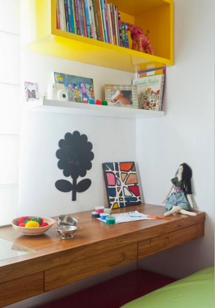A escrivaninha de madeira freijó desenhada pela arquiteta Hana Lerner ocupa a parede inteira (Foto: Andrea Marques para NaToca/Divulgação)