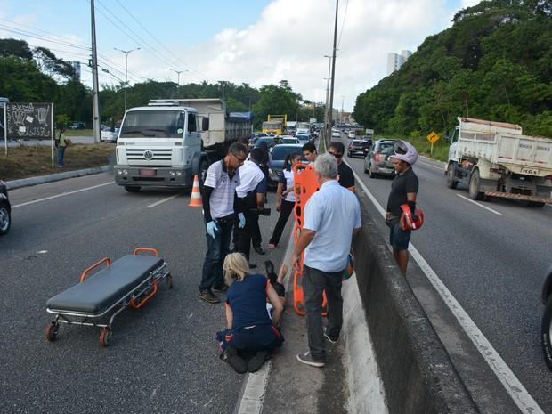 Motociclista que ficou ferido em acidente foi socorrido pelo Samu (Foto: Walter Paparazzo/G1)