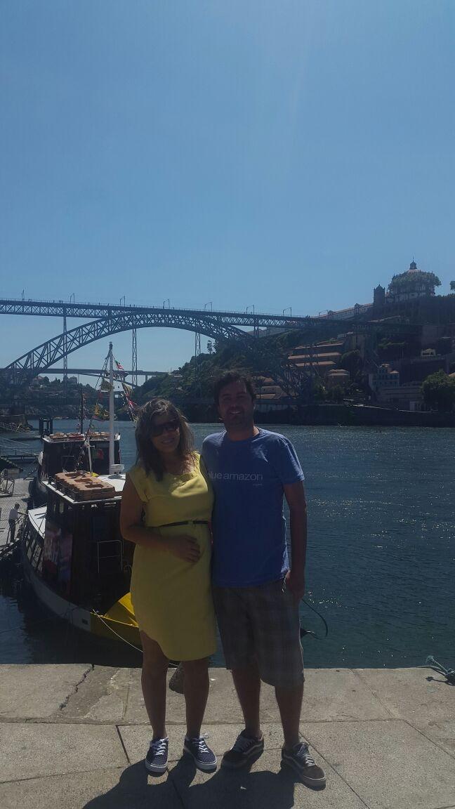 Nina Barbosa e marido em frente ao Rio Douro, que fica na Ribeira da Cidade do Porto. A beleza da ponte Dom Luis é um cartão postal da cidade. (Foto: Arquivo Pessoal)