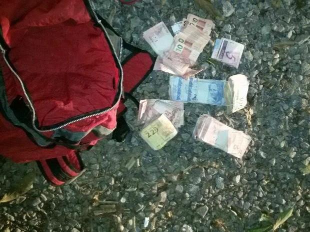 Mochila com dinheiro foi apreendida pela polícia (Foto: Reprodução/RBS TV)