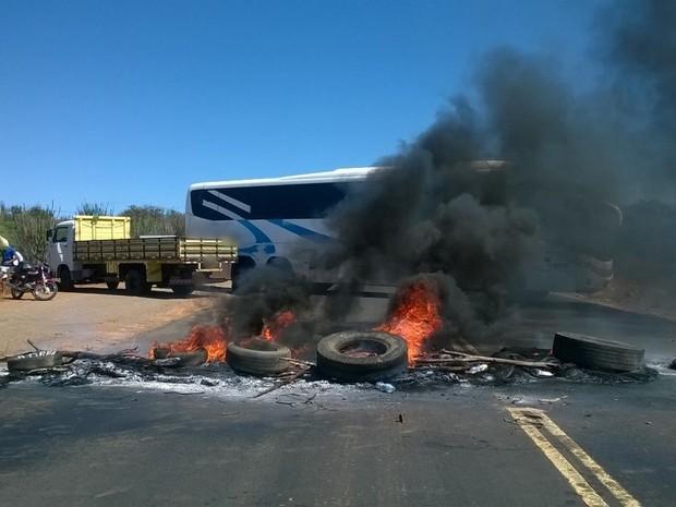 Grupo de comerciantes queimou pneus e fechou a PE-160 com dois ônibus (Foto: Amanda Dantas/TV Asa Branca)