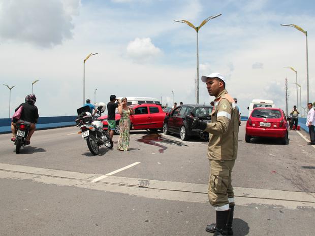 Carros continuam na parte de cima de viaduto (Foto: Suelen Gonçalves/G1 AM)