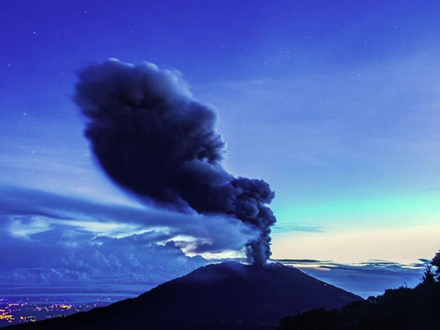 O vulcão Turrialba, que fica na província de Cartago, na Costa Rica, lança cinzas neste domingo (1º) (Foto: Ezequiel Ibecerra/AFP)