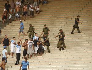 Briga entre torcedores do Paysandu com o remista é contida pela Polícia Militar (Foto: Tarso Sarraf/O Liberal)