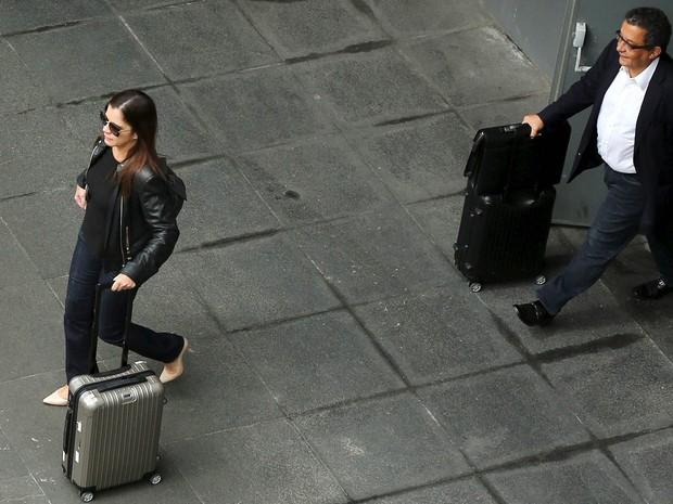 João Santana, marqueteiro do PT, desembarca no Aeroporto de Cumbica, em Guarulhos, acompanhado de sua mulher Monica Moura e de agentes da Polícia Federal, um dia depois de ter a prisão decretada pela Justiça (Foto: Rodrigo Paiva/Reuters)