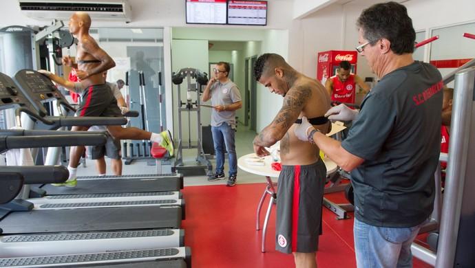 Léo e Alan Costa treinam no Inter (Foto: Alexandre Lops/Divulgação, Inter)