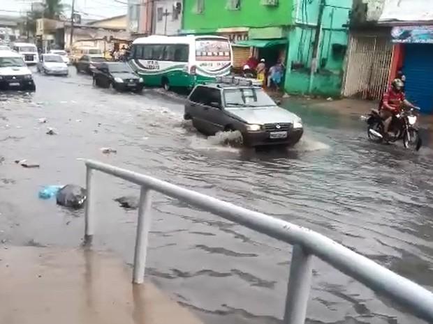 Avenida Guararapes, em Jaboatão, também enfrenta problemas com alagamento devido à chuva (Foto: Josevandro Venceslau / WhatsApp)