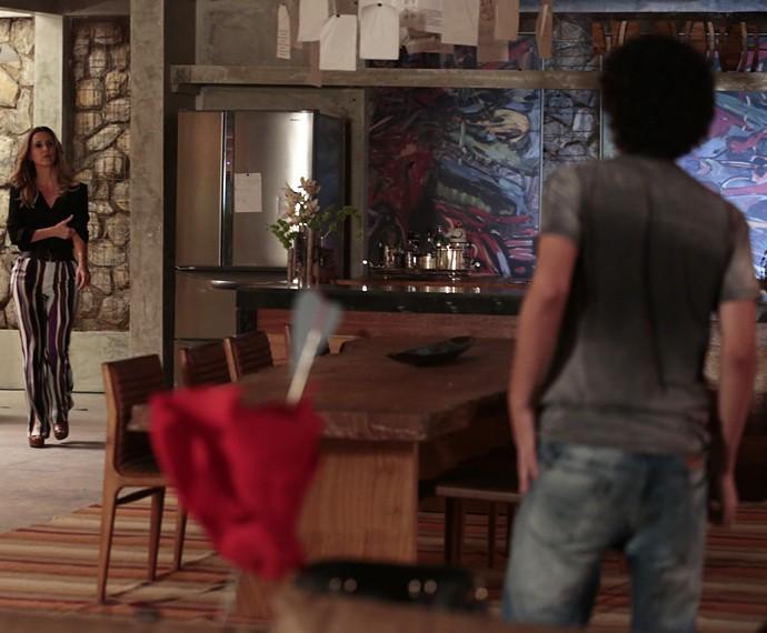 Pia entra e vê Bruno na sala (Foto: Felipe Monteiro/Gshow)