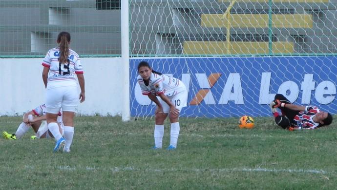Jogadoras caídas Caucaia x Náutico Campeonato Brasileiro Antônio Cruz (Foto: Roberto Leite)