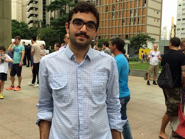 Younes Rharbaoui foià vigilia em homenagem aos parisienses na Avenida Paulista neste domingo (15) (Foto: Vivian Reis/G1)