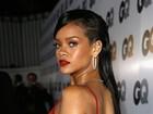 Com o cabelo comprido, Rihanna usa vestido curtinho para ir a festa