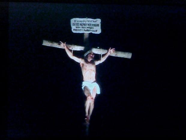 Representação da crucificação de Jesus Cristo no Morro da Capelinha, em Planaltina, onde todos os anos é realizada a Via Sacra (Foto: Rede Globo/Reprodução) (Foto: Rede Globo/Reprodução)
